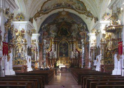 800px-Kloster_Raitenhaslach_Kirche_Innenraum_Blick_zum_Altar